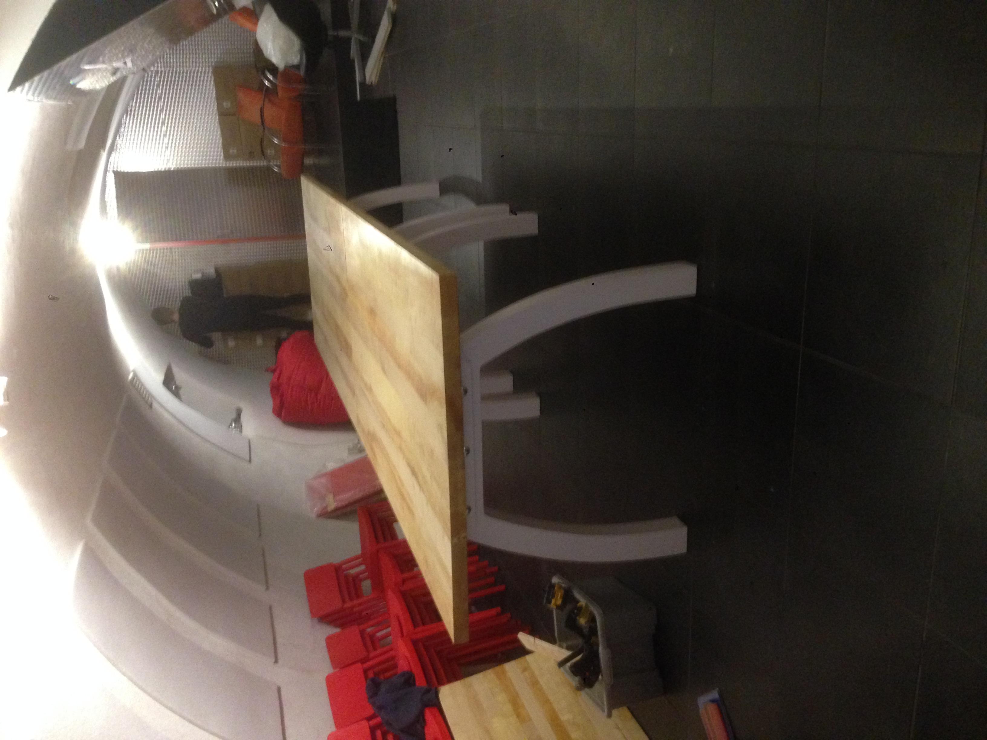 tafel voor kelder Ja Maar , poten in gebogen vorm zoals de oude rioolkelder in Utrecht