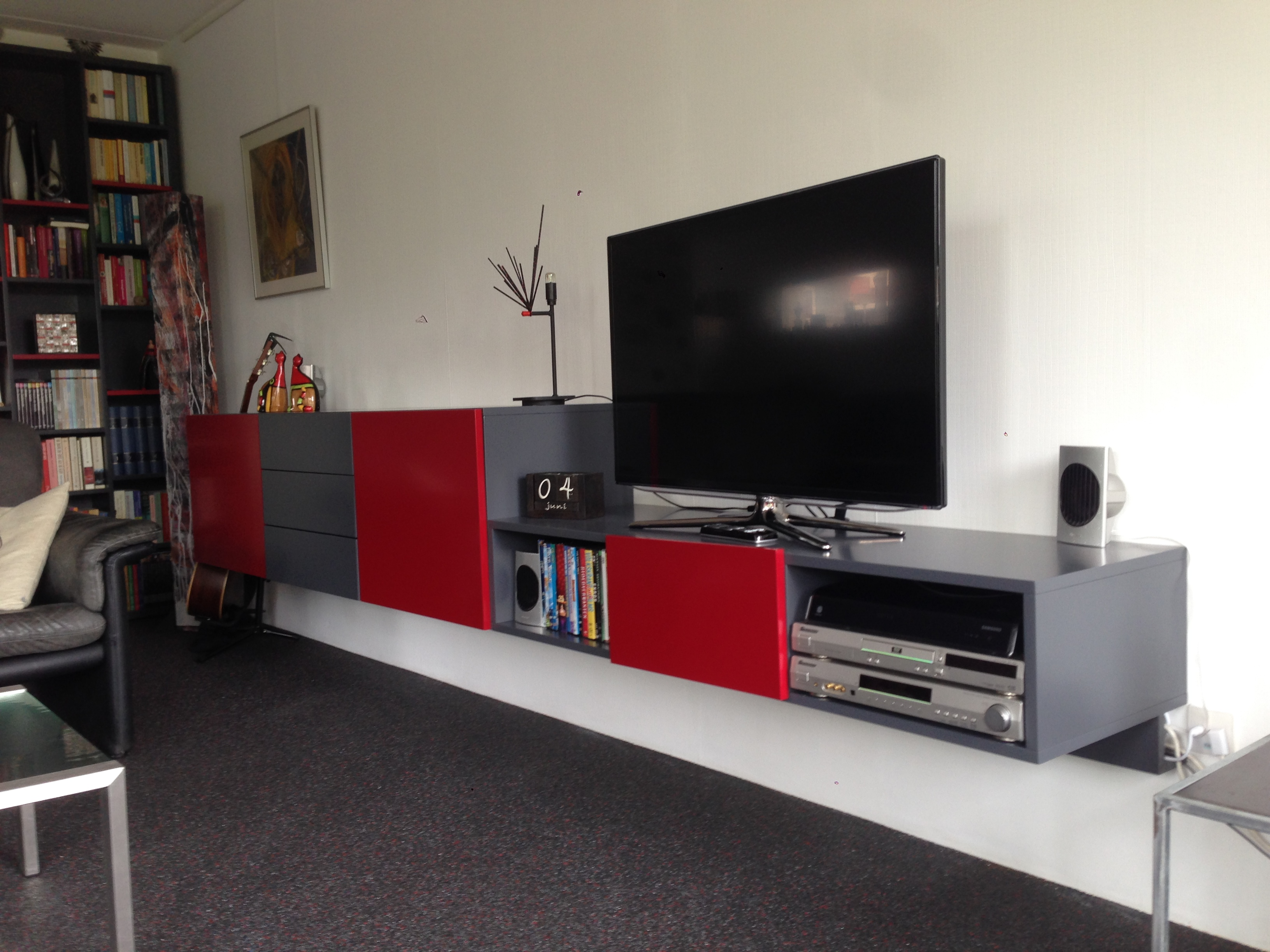 zwevend audio wandkast in grey-red